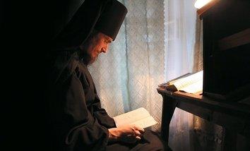 монах за книгой
