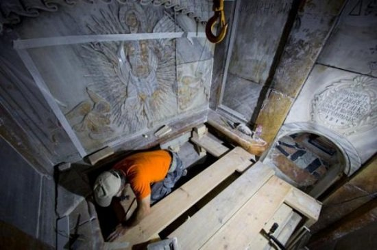 Храм Гроба Господня. Кувуклия. «реставратор» попирает ногами Престол, на котором должна возноситься Безкровная Жертва