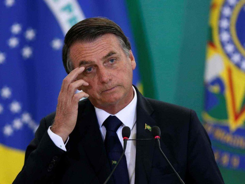 Президента Бразилии заставили есть на улице из-за отсутствия прививки