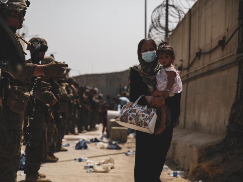 Афганские беженцы напали наамериканскую военнослужащую вСША