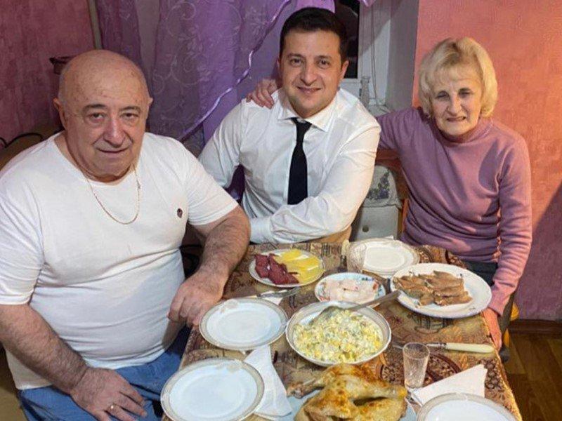 «Вову закидывают помидорами»: отец Зеленского вышел наборьбу схейтерами