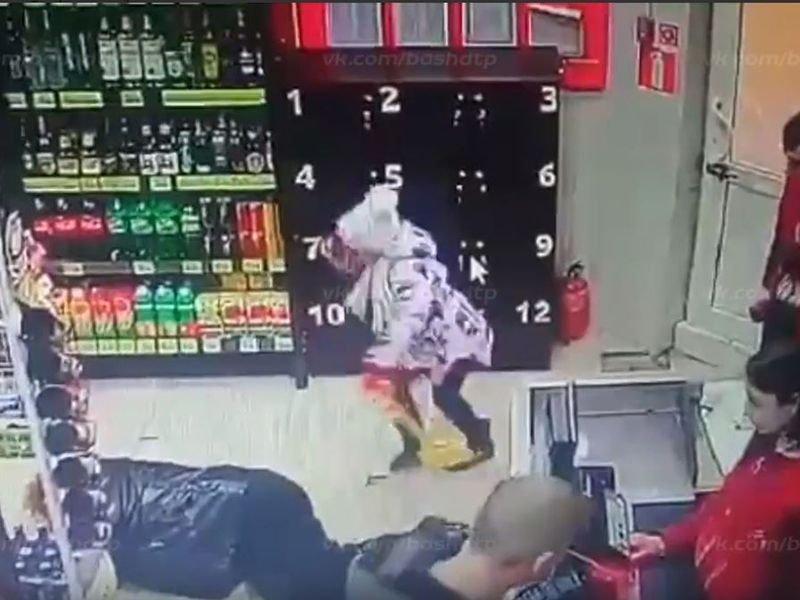 Видео нападения мужчины в платье с топором на покупателей «Магнита» в Москве
