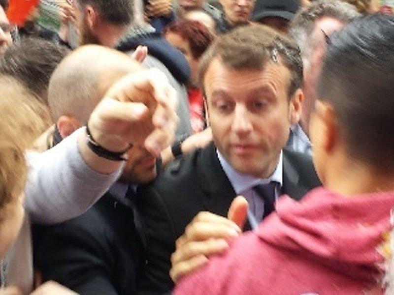 Франция под ударом: Неизвестный бросил в Макрона предмет, похожий на яйцо